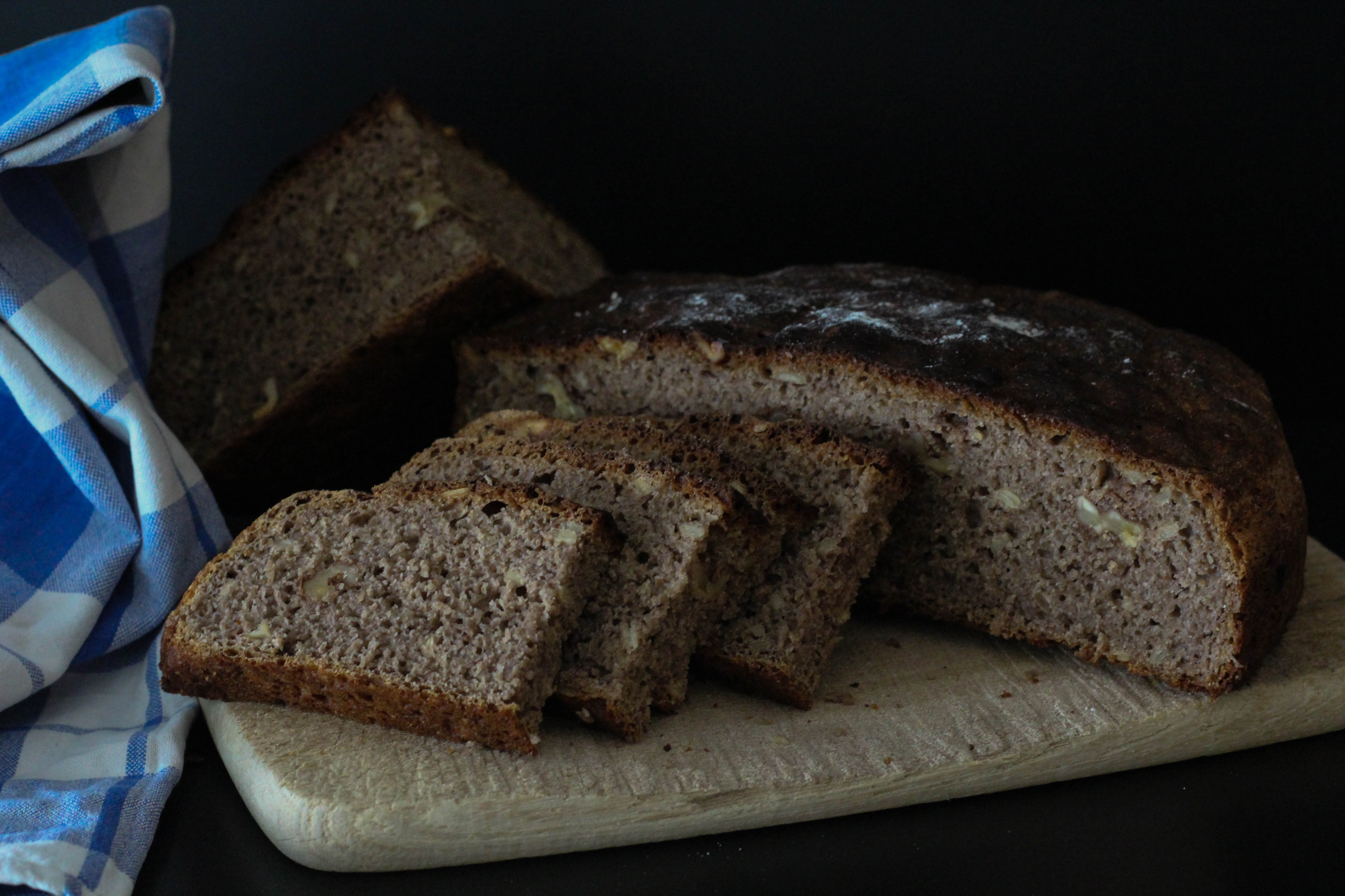 Brot - Vegan - Nüsse - Sonnenblumenkerne - Walnüsse - Mehl