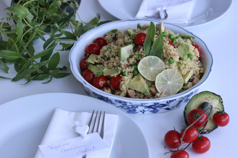 Veganer Couscous Salat mit Avocado und Zitronenverbene