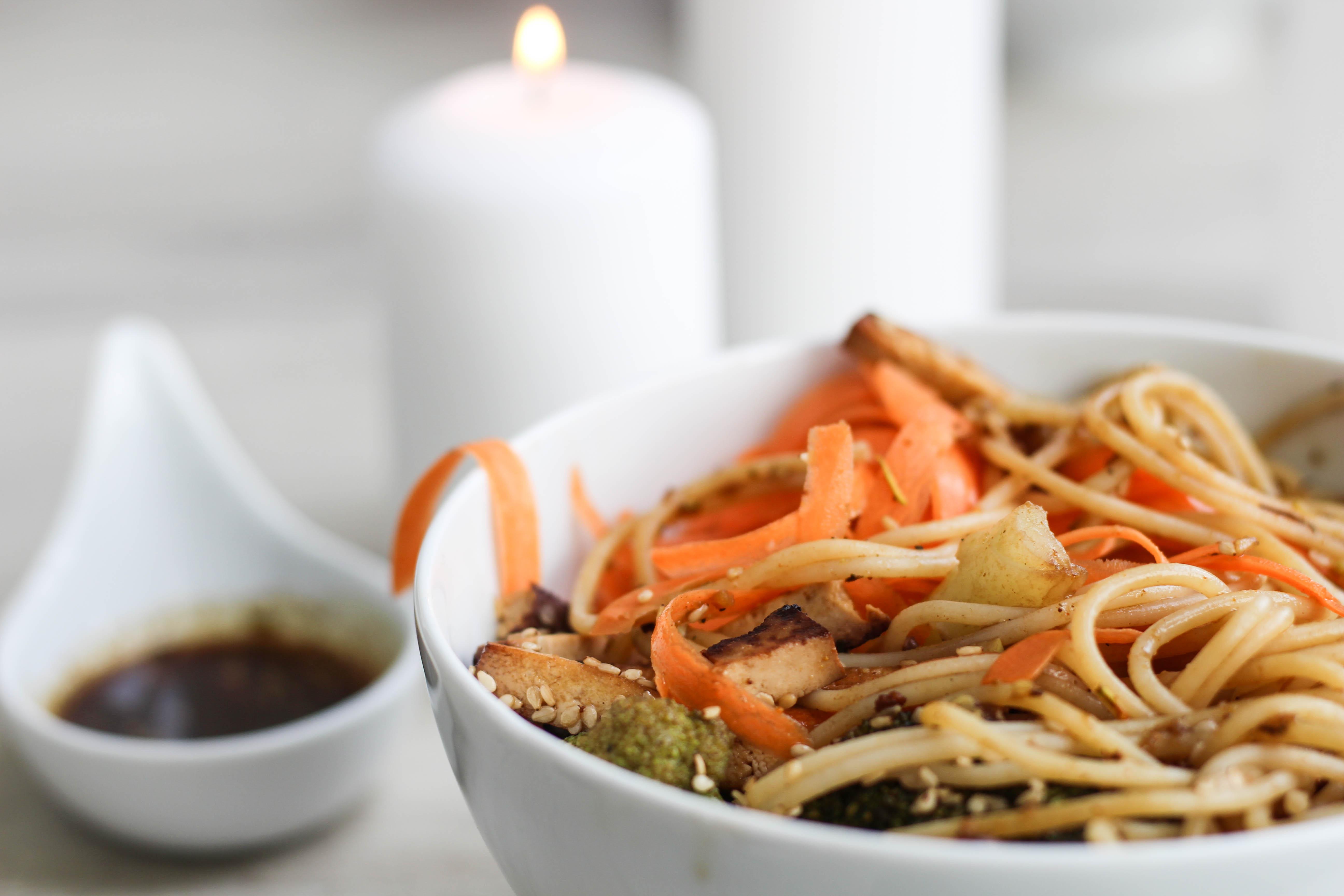 bowl-vegan-tofu-spices-shabby-knoblauch-kochen-healthyfood-1-von-1