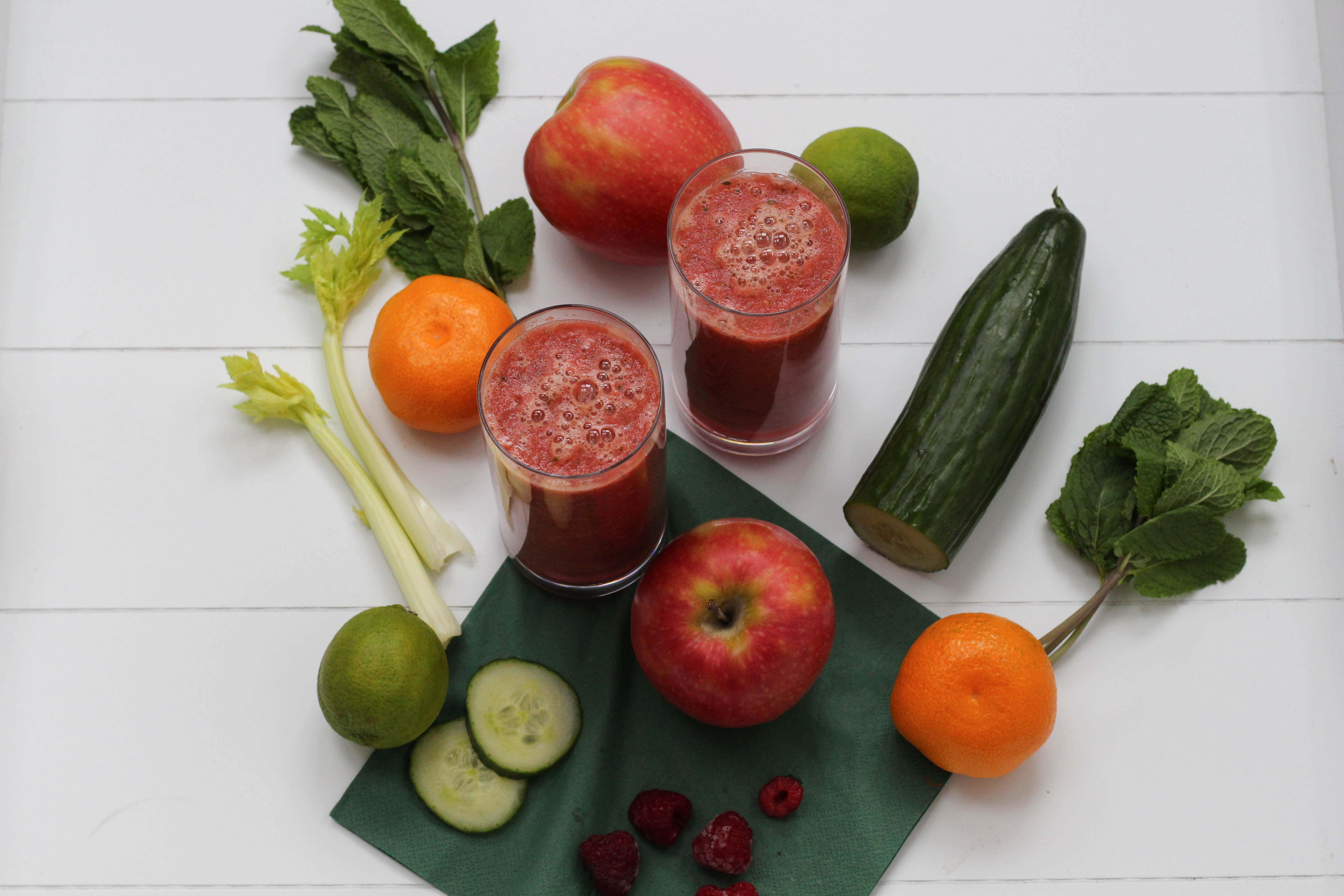vegan-smoothie-hugo-minze-shake-gemuese-obst-superfood-homespa-plantbased