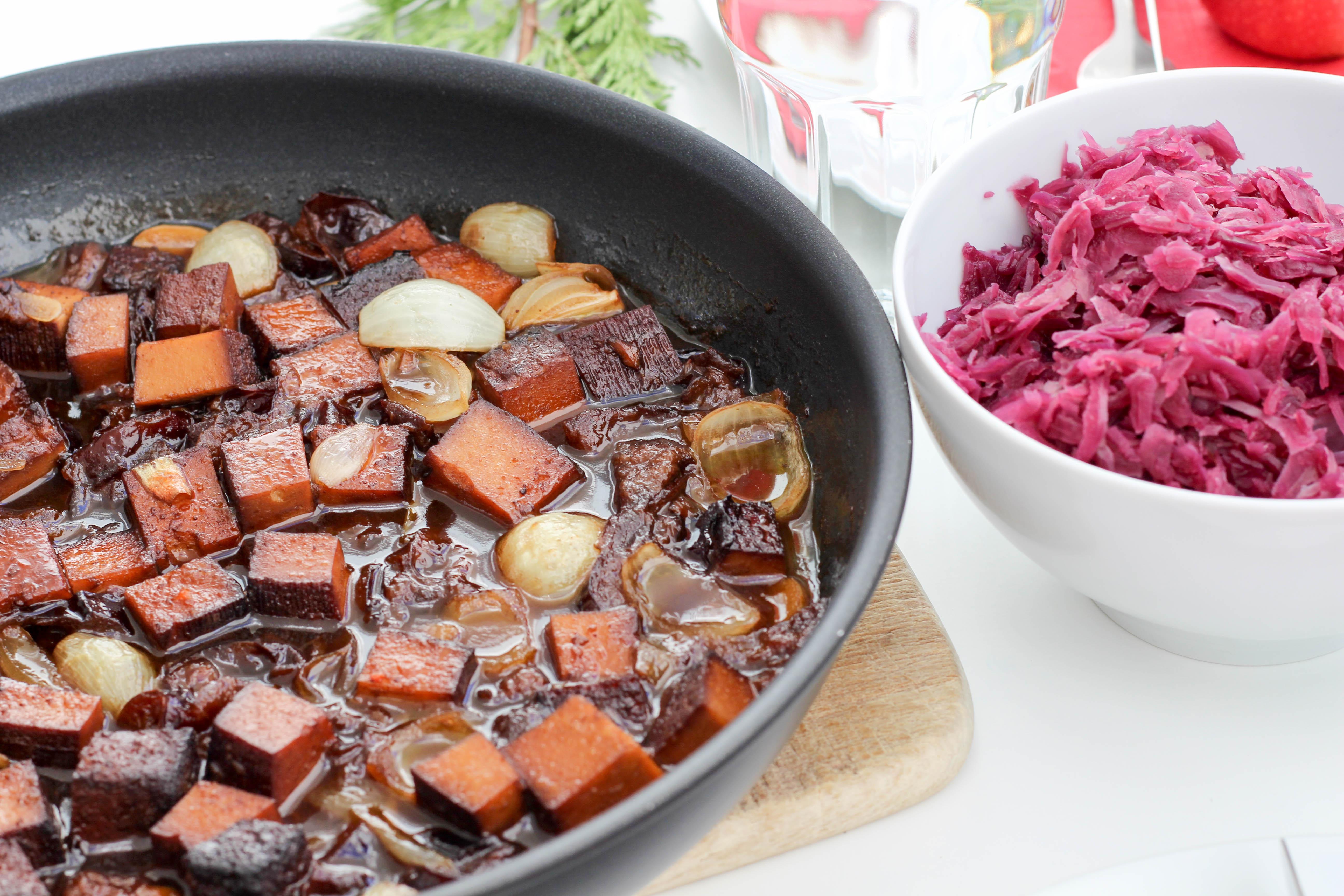 vegan-toforagout-pflaumen-weihnachten-advent-kartoffelknoedel-rotkraut-soulfood-homespa-plantbased-1-von-1-2