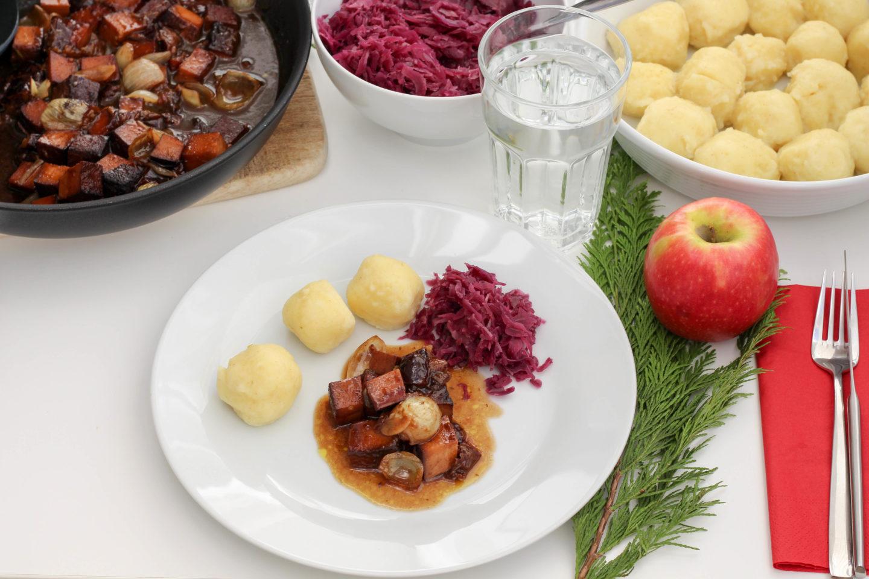 Veganes Tofuragout mit Kartoffelknödel und Rotkraut