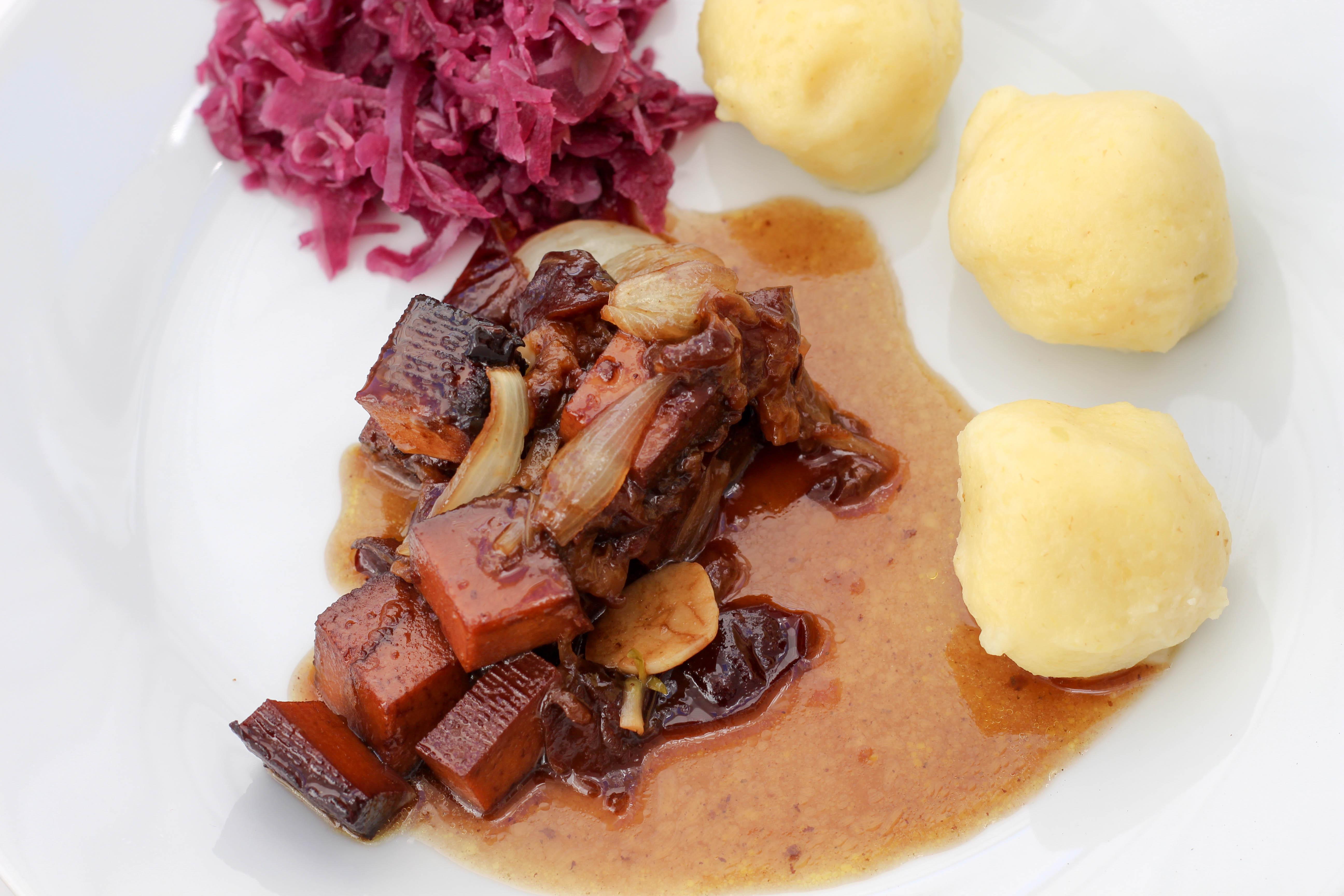 vegan-toforagout-pflaumen-weihnachten-advent-kartoffelknoedel-rotkraut-soulfood-homespa-plantbased-1-von-1-6