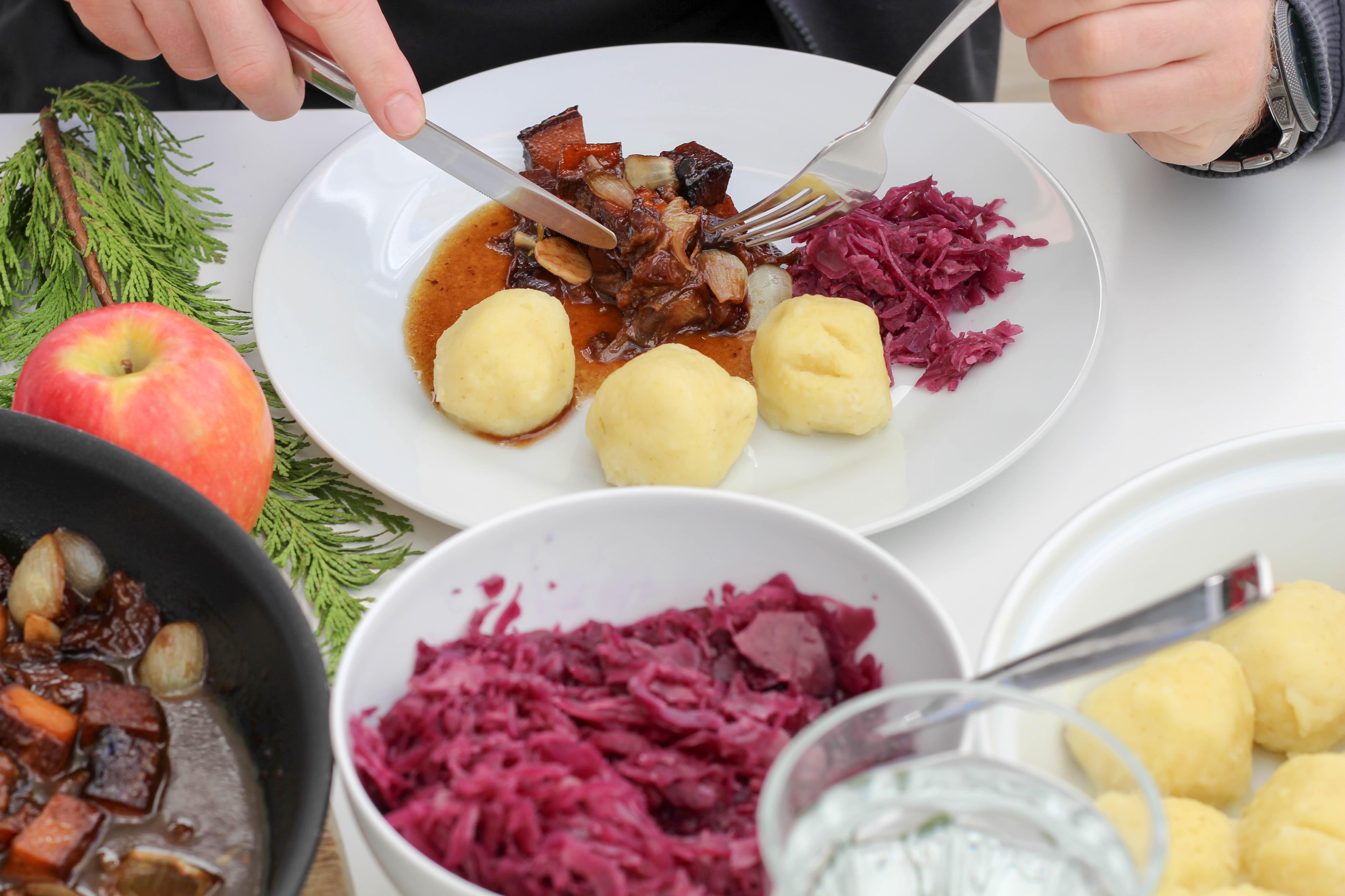 vegan-toforagout-pflaumen-weihnachten-advent-kartoffelknoedel-rotkraut-soulfood-homespa-plantbased-1-von-1-7
