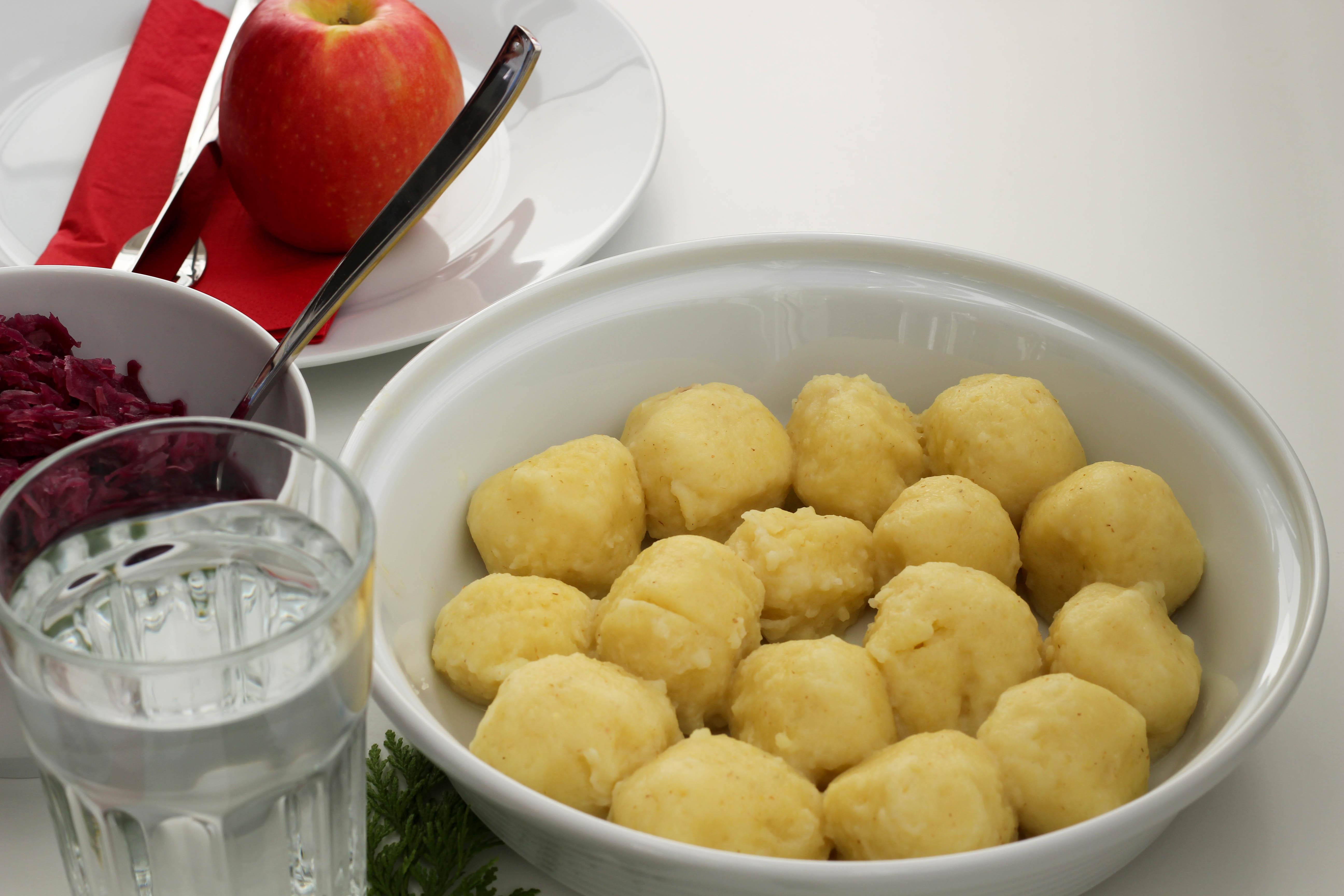 vegan-toforagout-pflaumen-weihnachten-advent-kartoffelknoedel-rotkraut-soulfood-homespa-plantbased-1-von-1