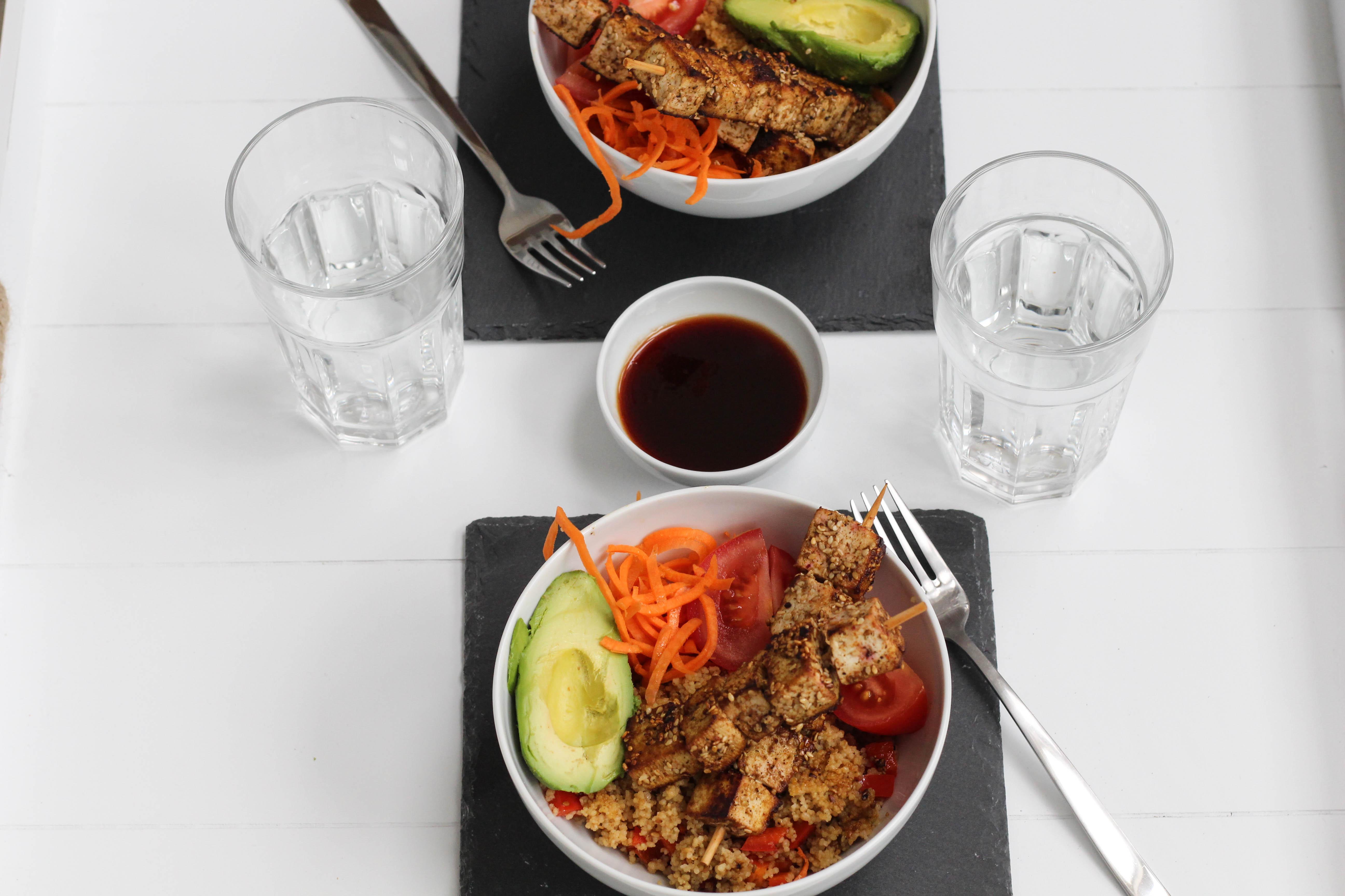 vegan-tofuspiesse-avocado-bowl-couscous-healthy-homespa-plantbased
