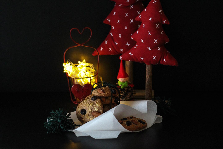Vegane Cookies mit Nüssen und weißer Schokolade
