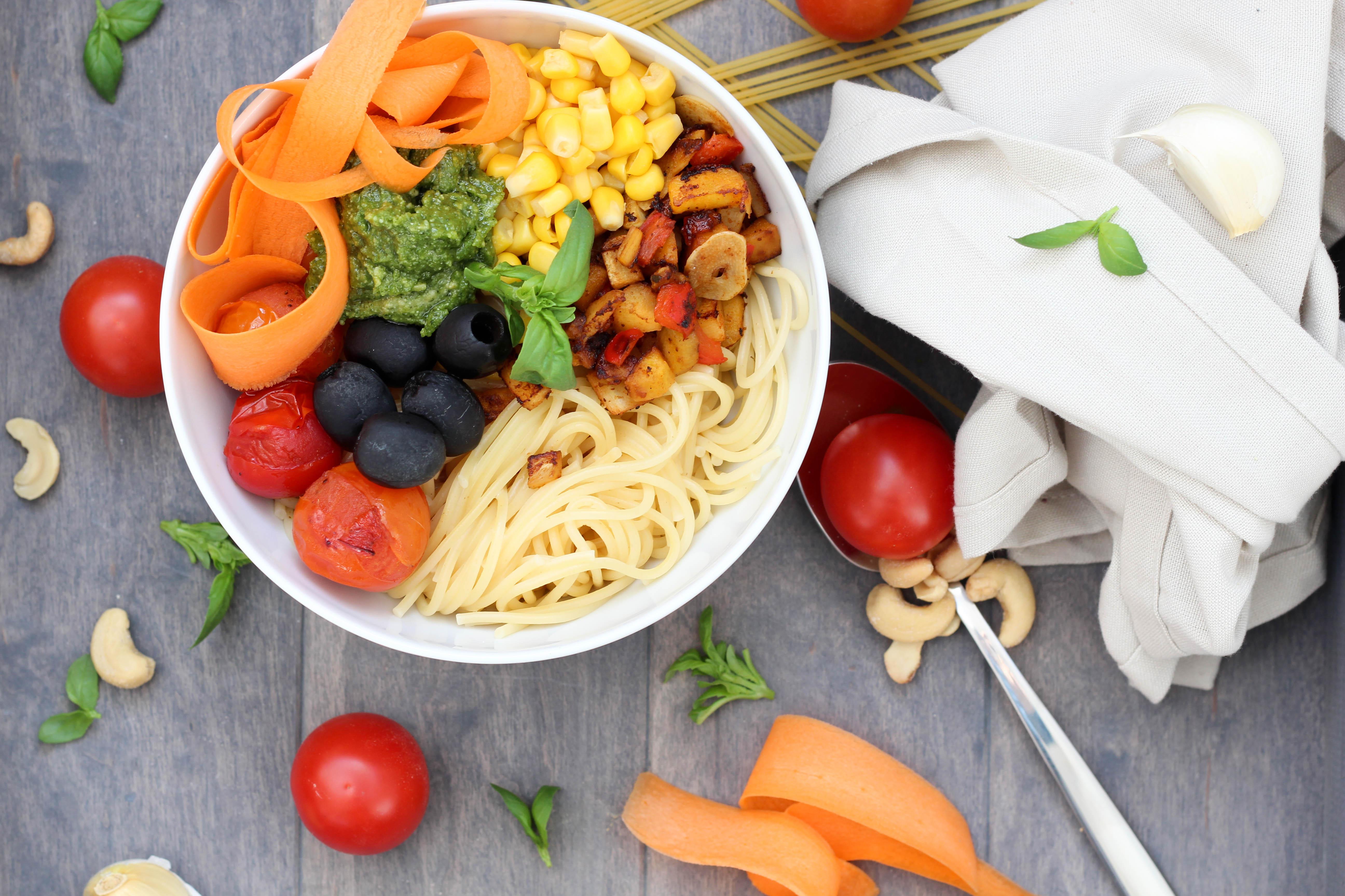 Vegan - Blog - DeinHomeSpa - Bowl- Bolognese - Powerfood - Healthy - Pesto