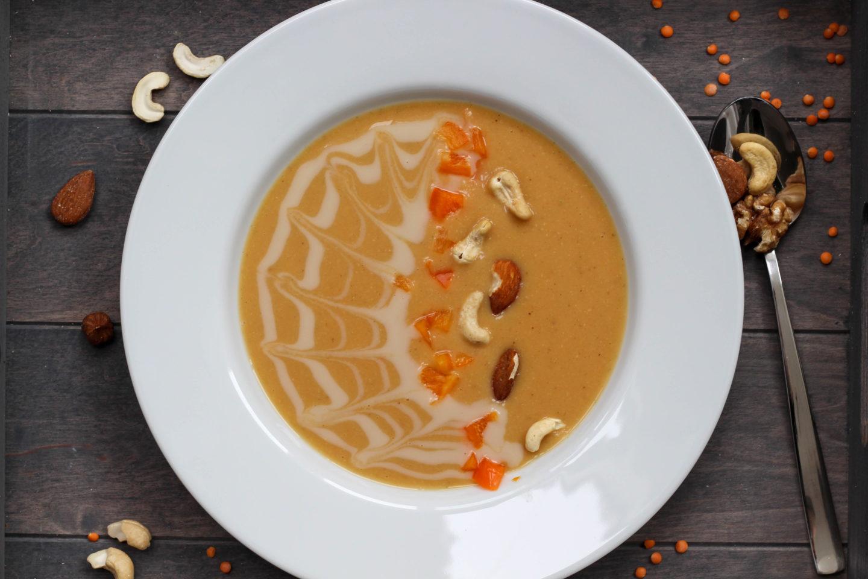 Vegane Linsensuppe mit Nüssen und Curry