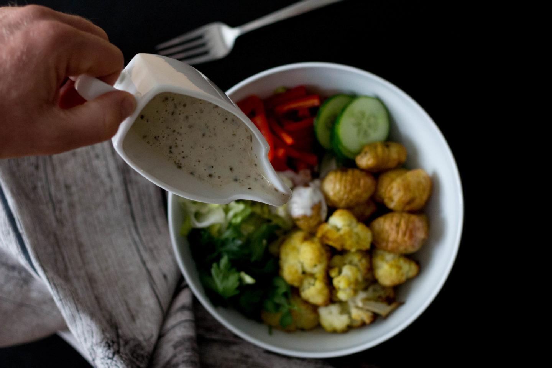 Vegane Karfiol Bowl mit CAESAR Dressing