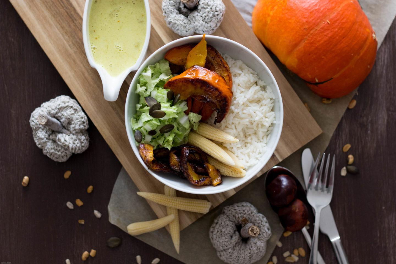 Vegane Ofenkürbis-Bowl mit Currysauce