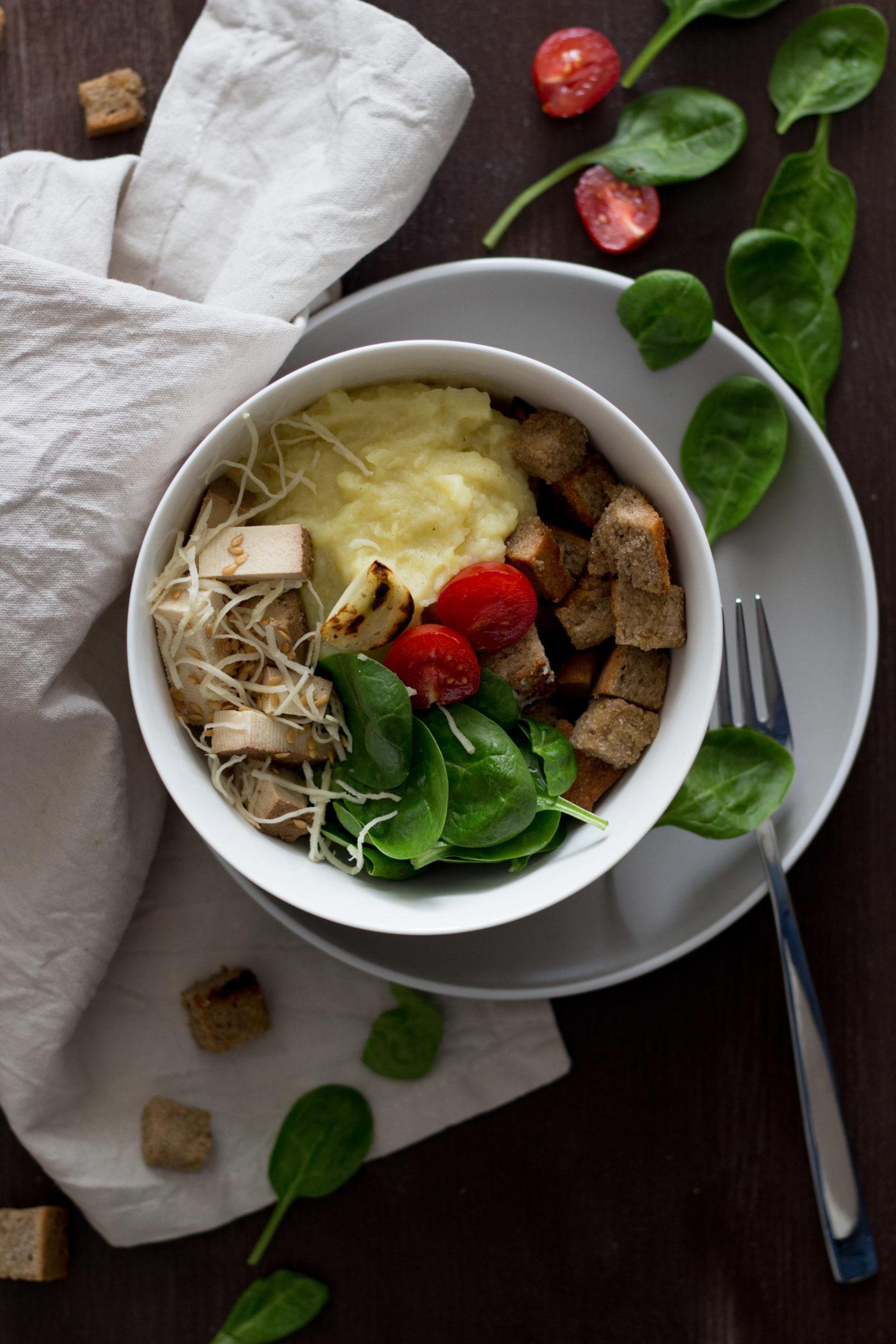 Vegane Austria Bowl mit Spinat und Erdäpfelpüree