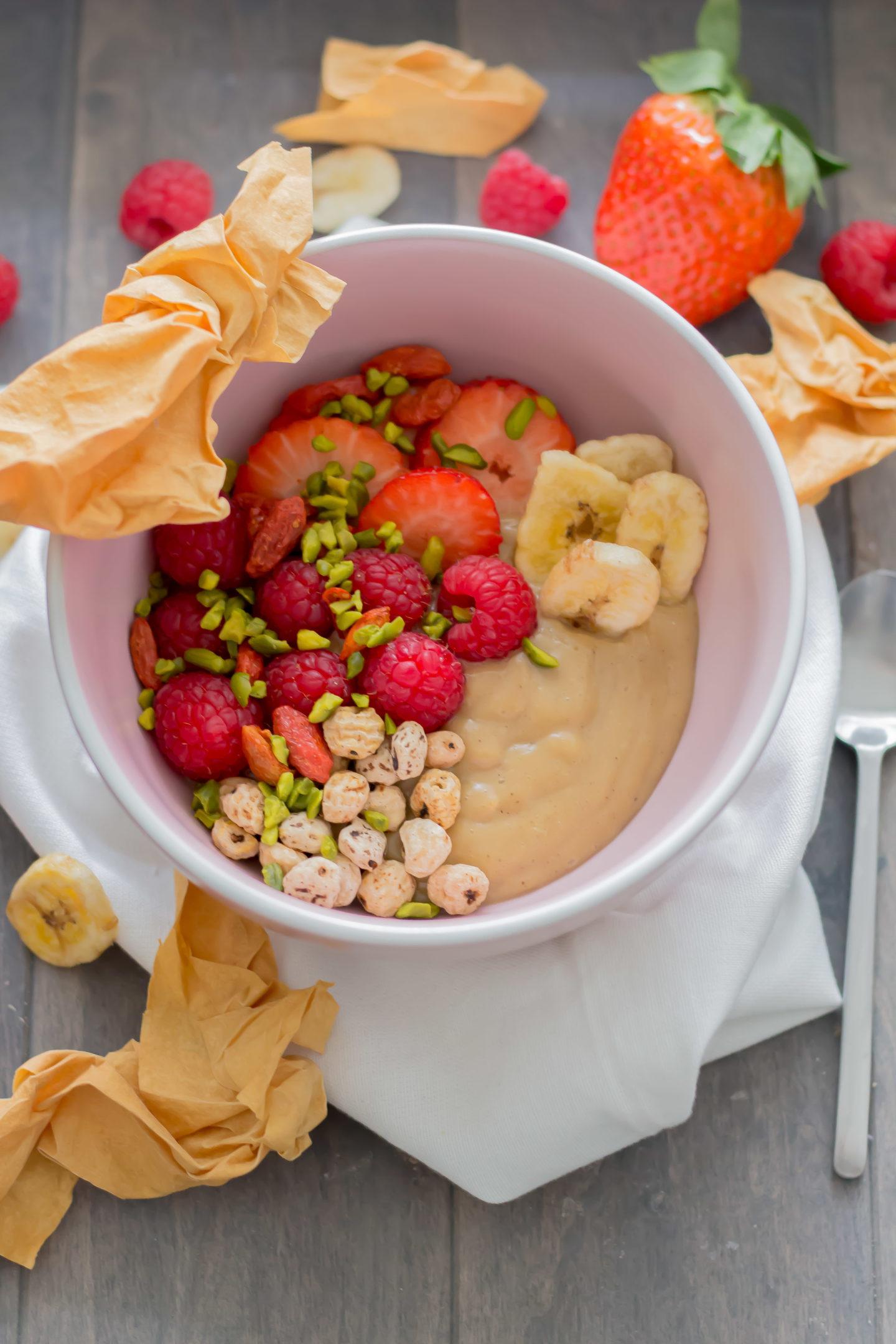 Vegane Karamellcreme Bowl mit Superfoods und Tigernüssen!