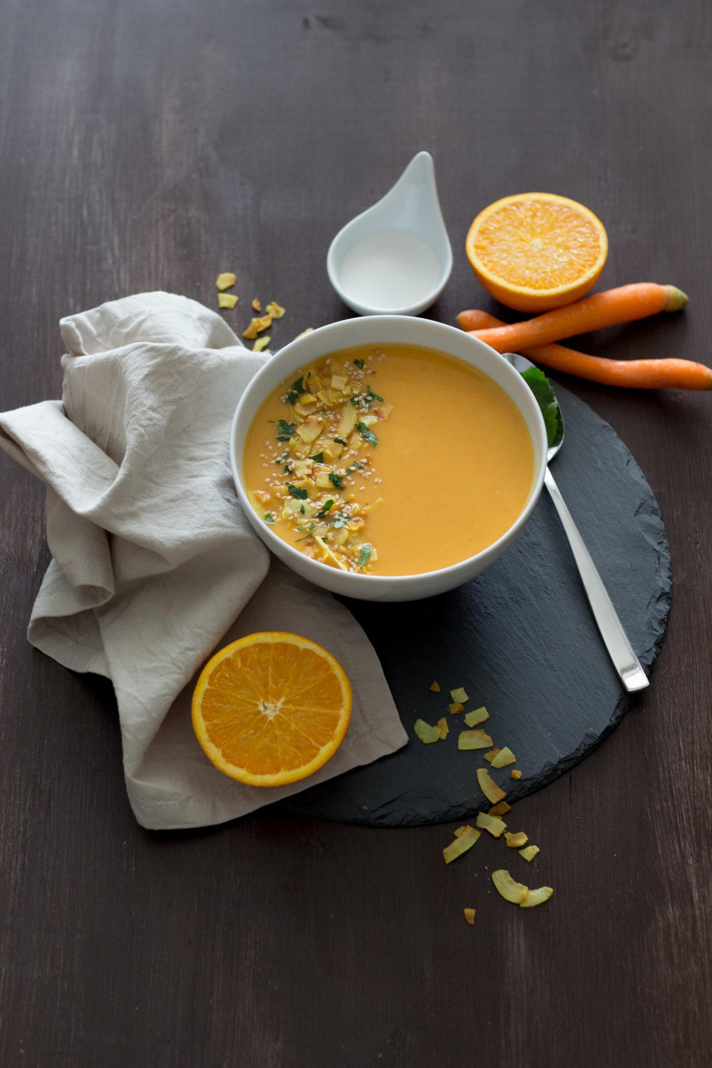 Vegane Karotten Orangensuppe mit Kokoschips und Curry