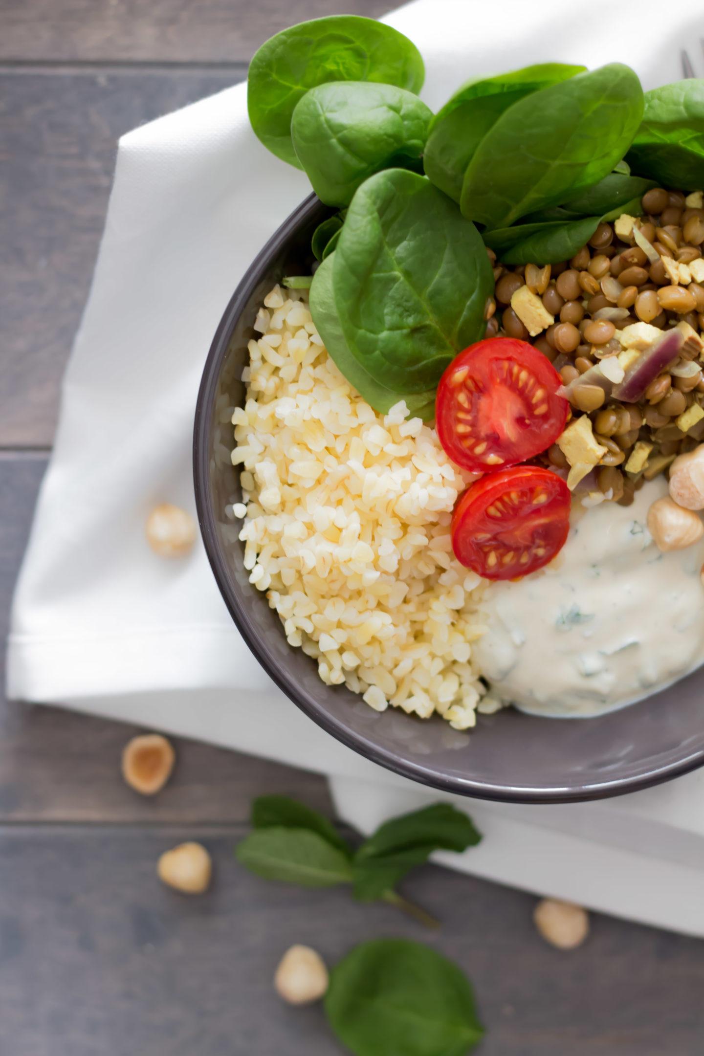 Vegane Spinat Bowl mit Linsen und erfrischender Minzecreme!