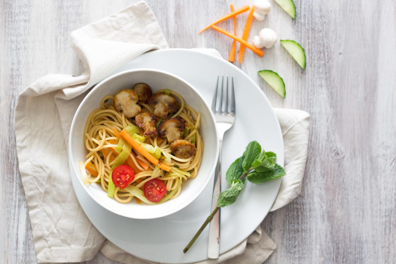 Vegane Spring Bowl mit Pasta und geröstetem Frühlingsgemüse. In 20 Minuten am Esstisch!