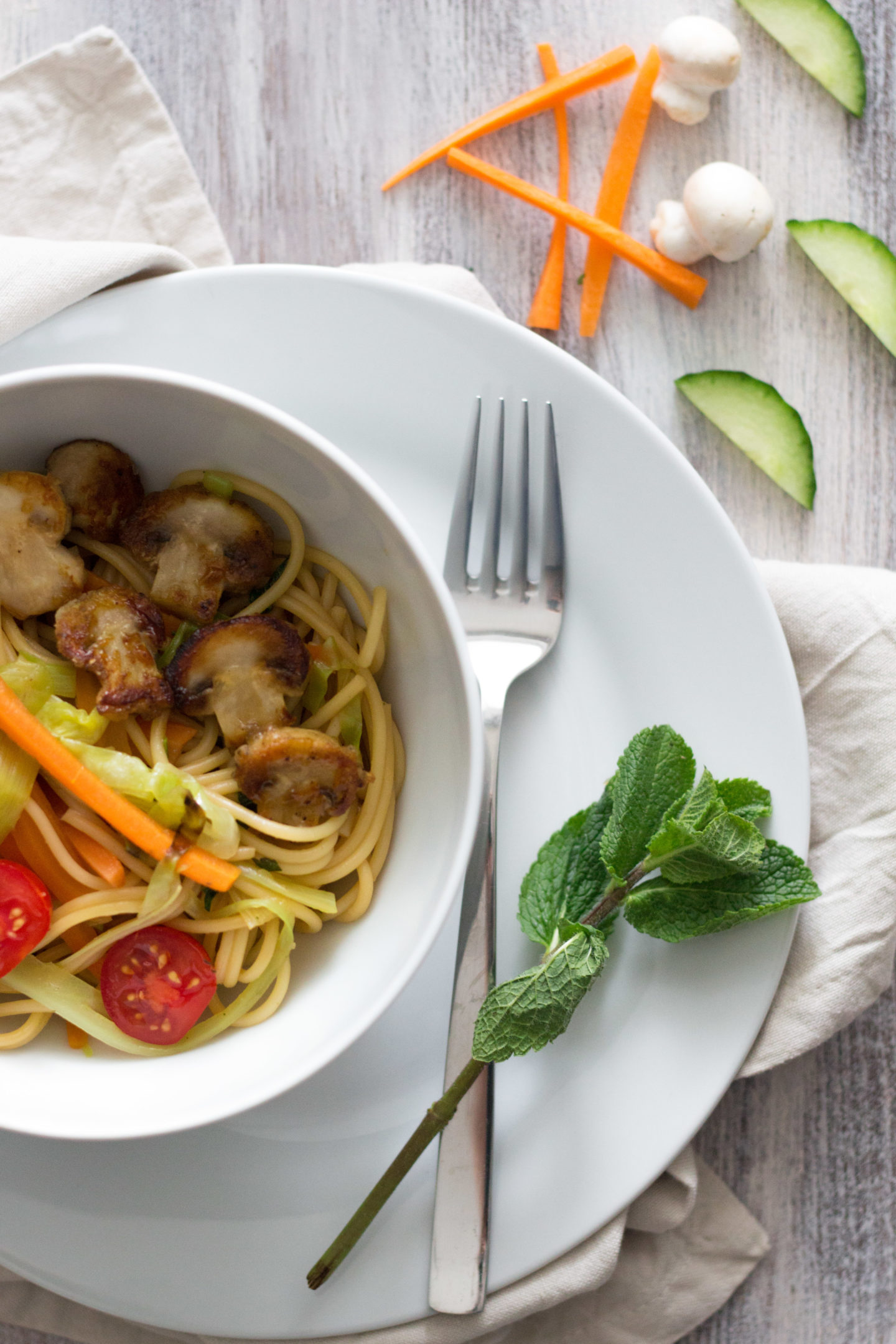 Vegane Spring Bowl mit Pasta und geröstetem Frühlingsgemüse