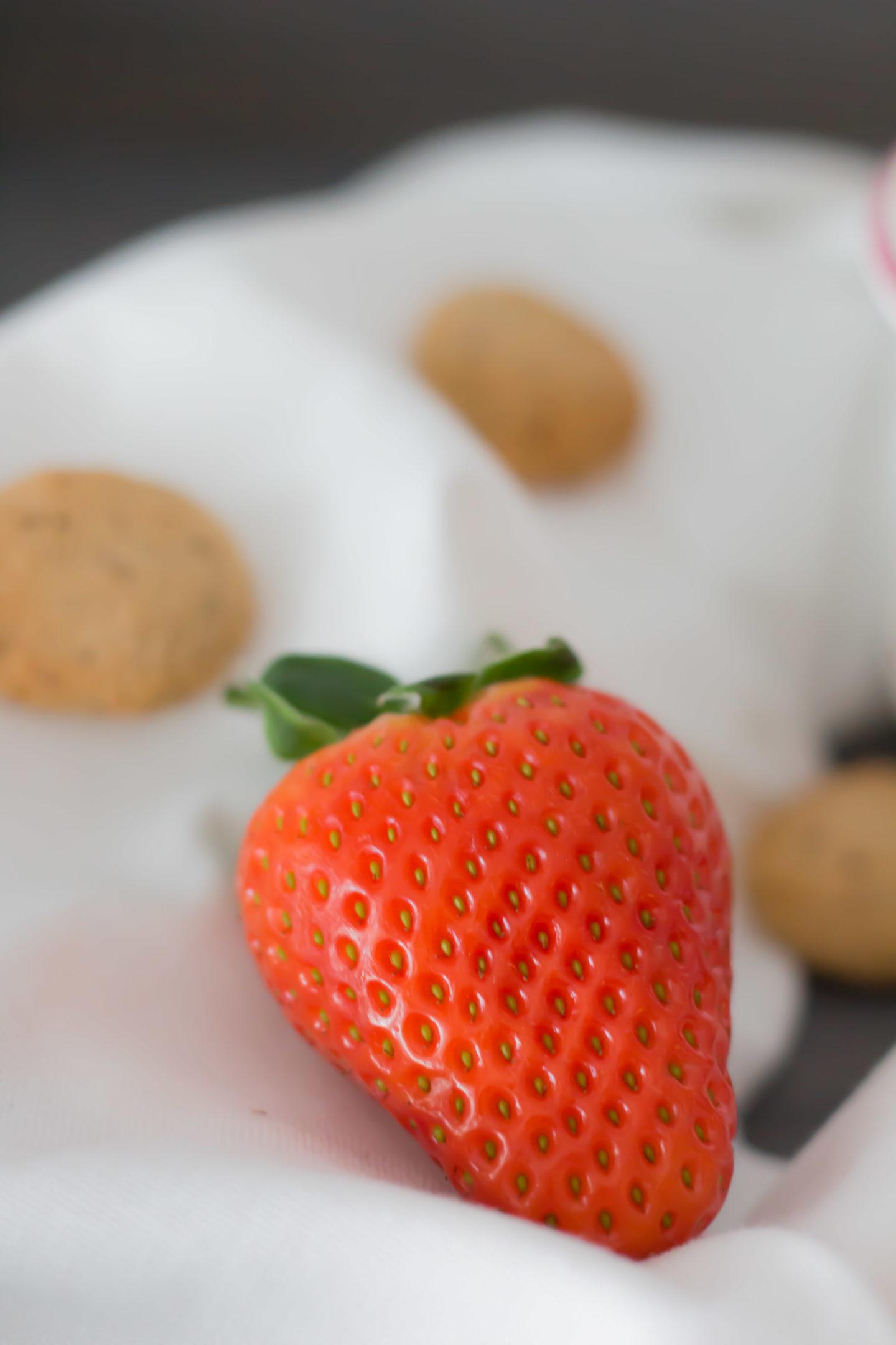 Vegane, glutenfreie Kokos Amaretti Bowl mit Erdbeeren