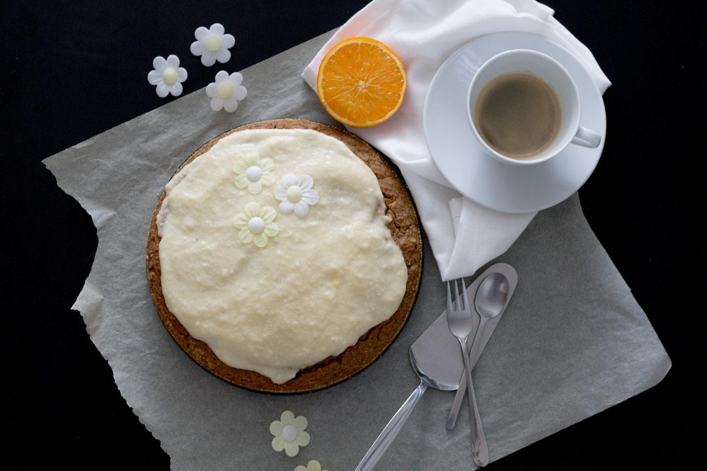 Veganer, glutenfreier Karottenkuchen mit Kokosmilch und Orangensahne