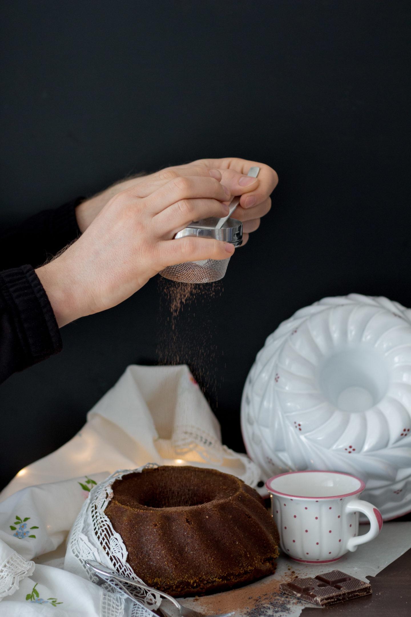 Veganer Mohngugelhupf mit Marzipan und Schokolade