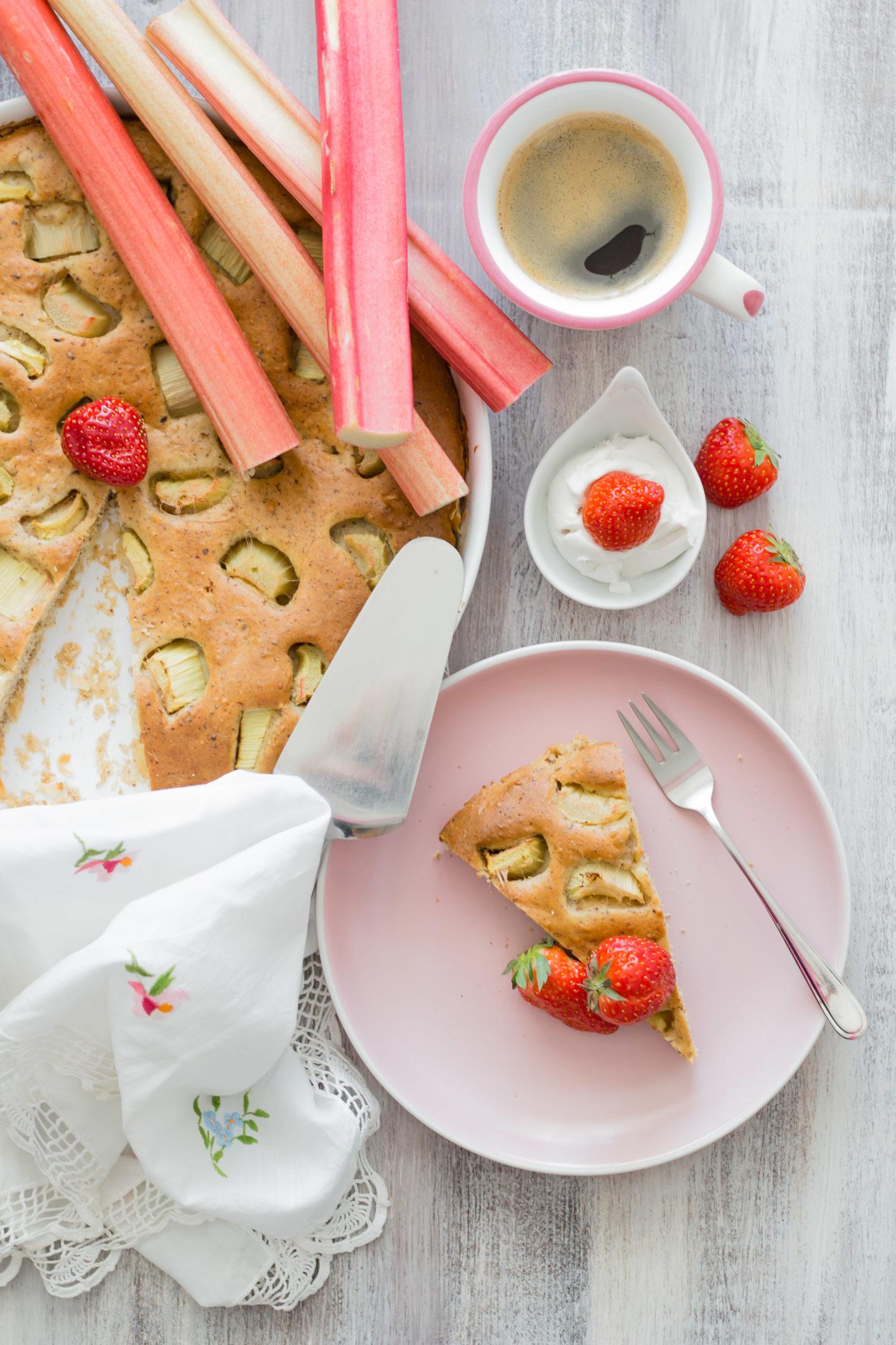 Veganer Rhabarberkuchen ohne Zucker - So süß schmeckt der Frühling!