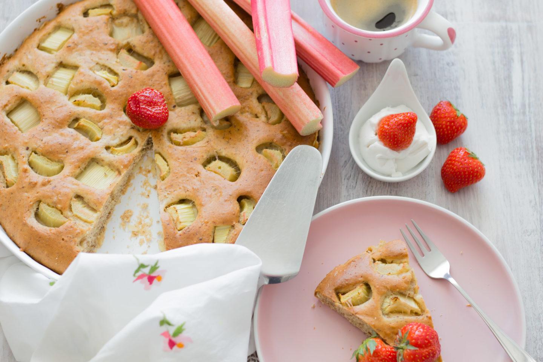 Veganer Rhabarberkuchen ohne Zucker – So süß schmeckt der Frühling!