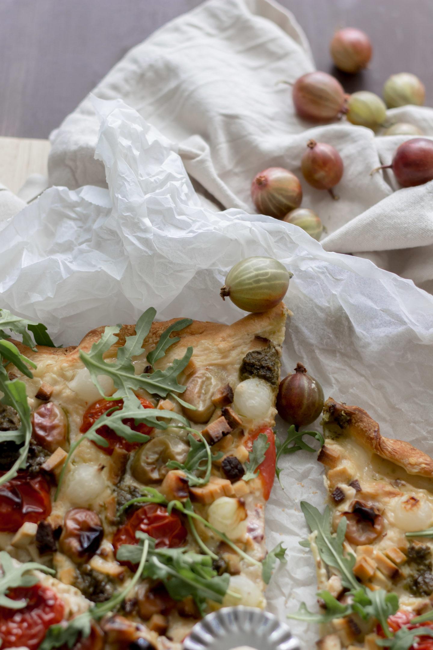 Vegane Stachelbeerenpizza mit Rucola