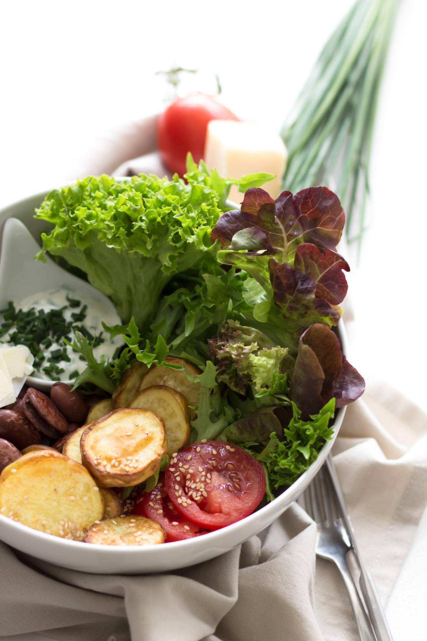 Veggie Ofenkartoffelsalat Bowl mit Parmesan und grünem Curry!