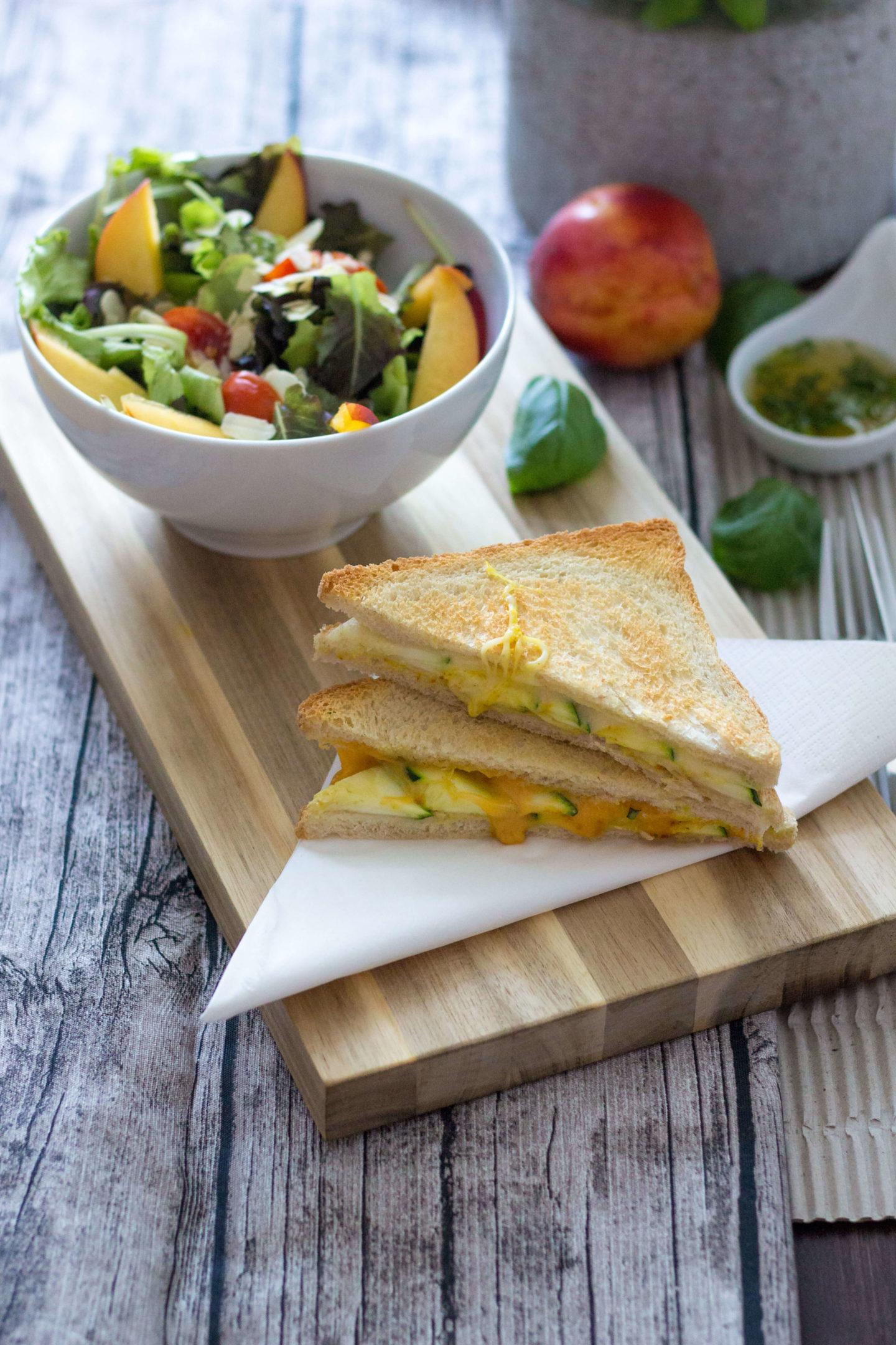 Veggie Zucchinitoast mit erfrischendem Basilikum Pfirsichsalat!