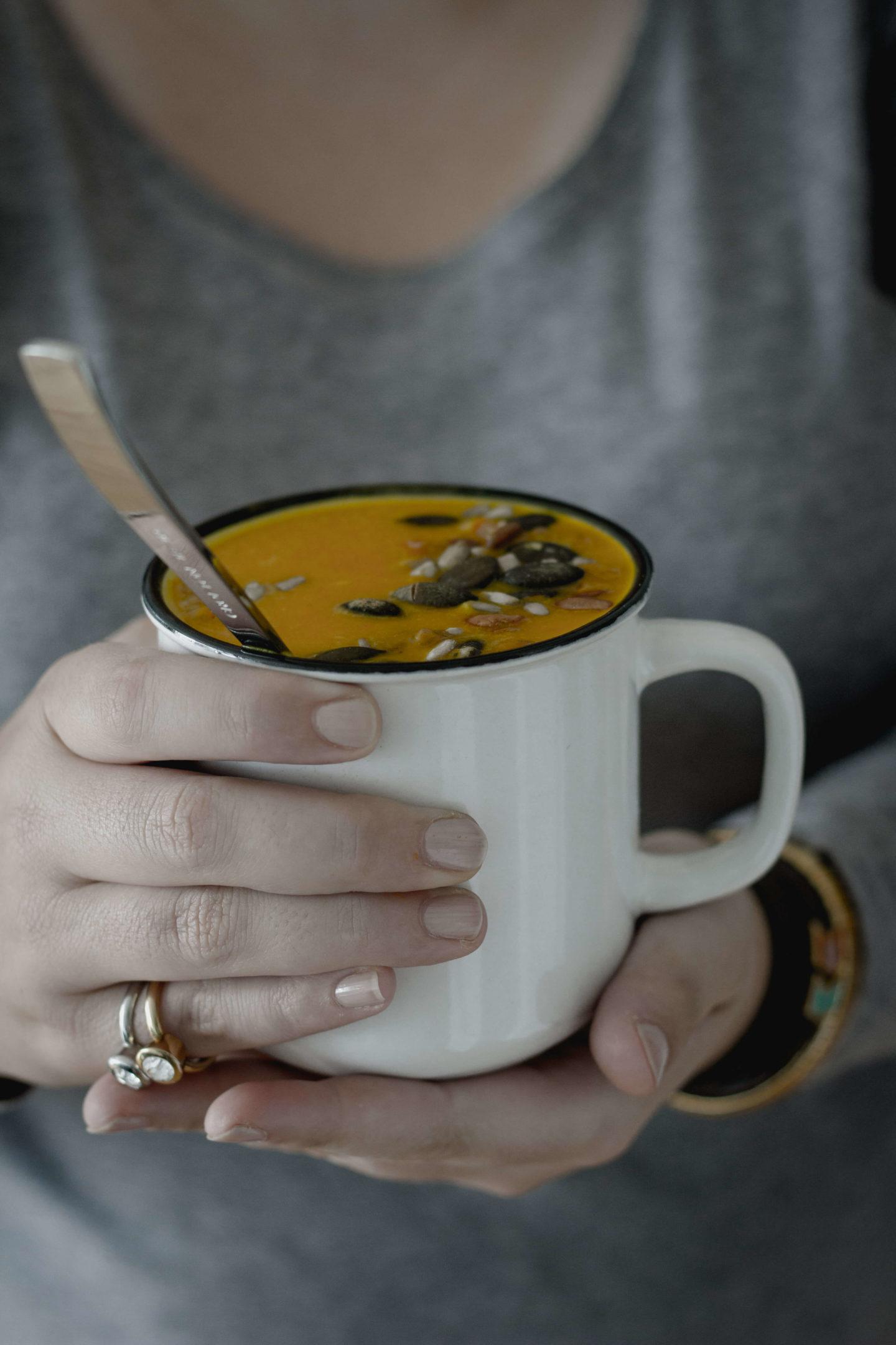 Vegane Kürbiscremesuppe mit Kokos und Curry!