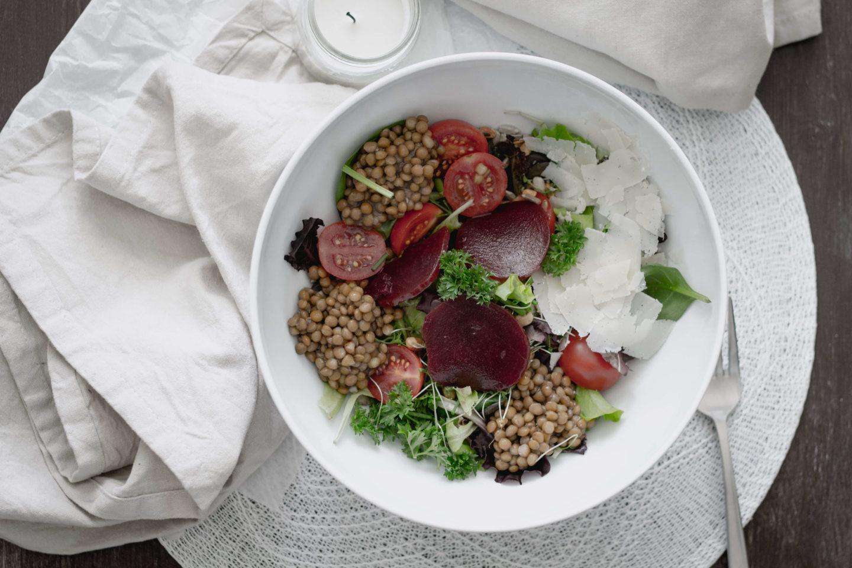 Vegane Linsensalat Bowl mit roten Rüben!