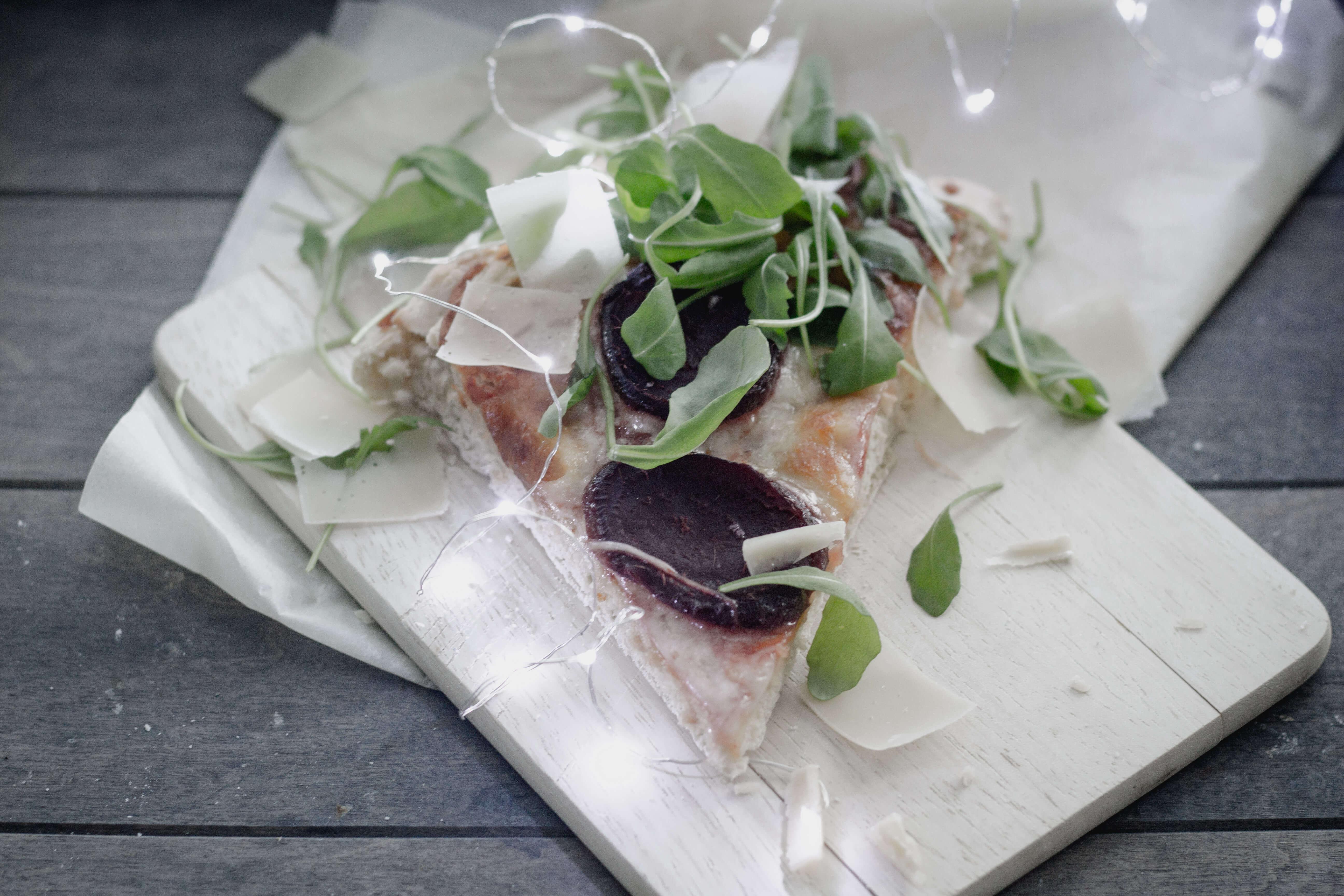 Rote Beete Pizza mit Rucola und Parmesan!