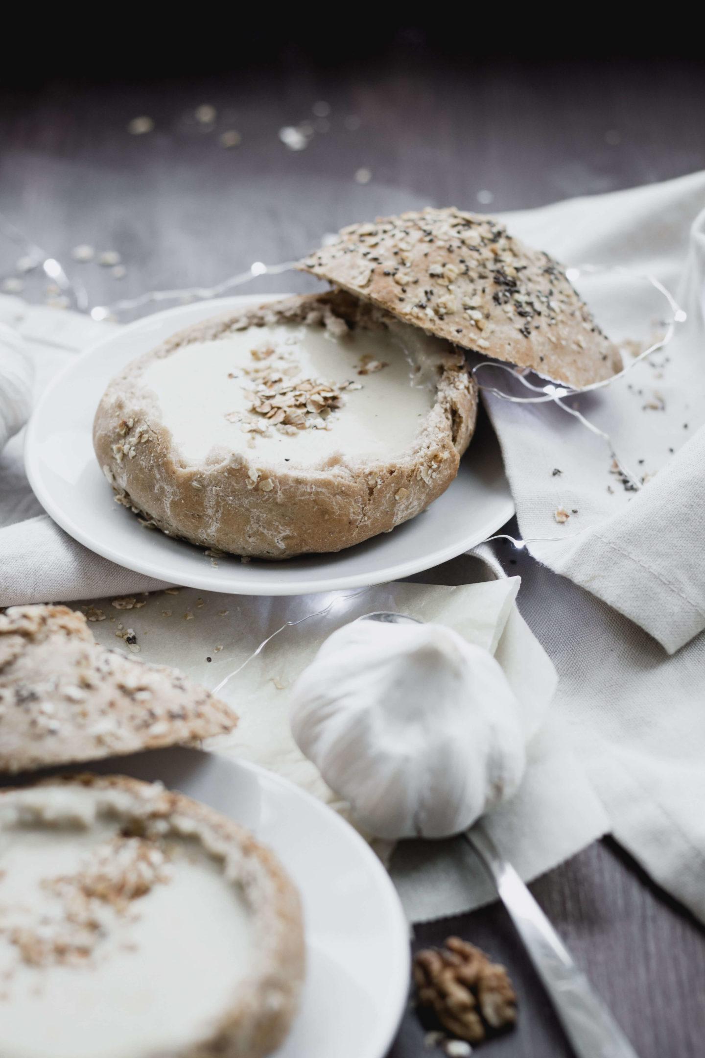 Vegane Knoblauchcremesuppe im Brotteig!