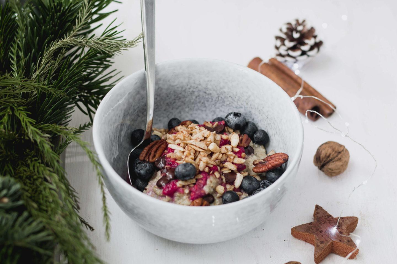 Vegane Porridge Bowl mit gebrannten Mandeln!