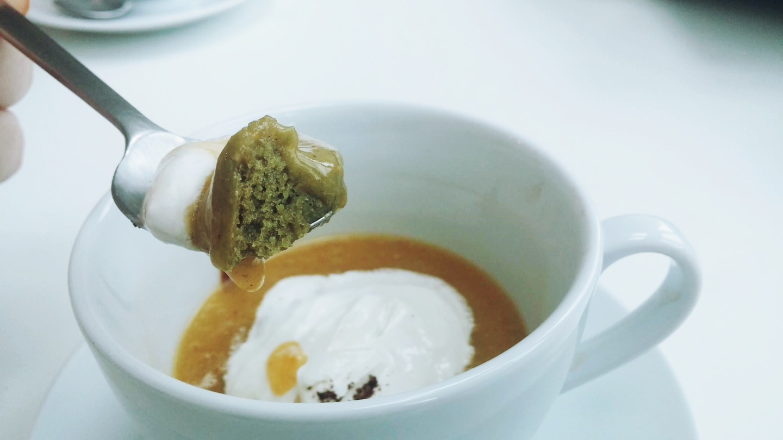 Veganer Matcha Kuchen mit Ingwer-Zwetschkensauce