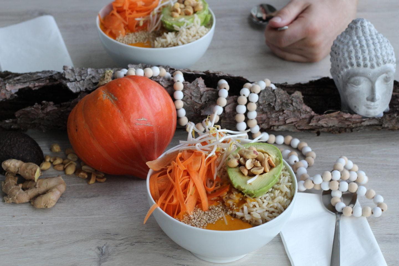 Vegan Buddha Bowl mit Ingwer – Kürbissauce