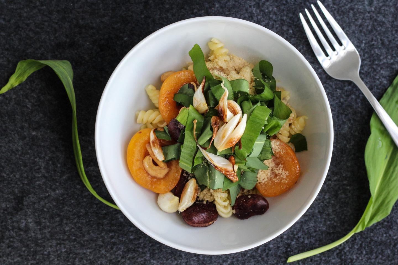 Vegane Bowl mit frischem Knoblauch und dem Wildkraut des Frühlings – Bärlauch…♥