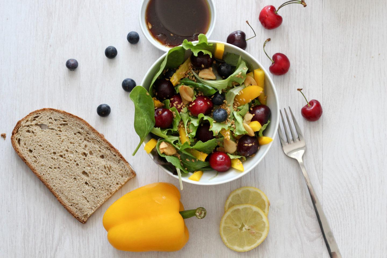 Vegane Salat Bowl mit Kirschen und köstlichem Dressing
