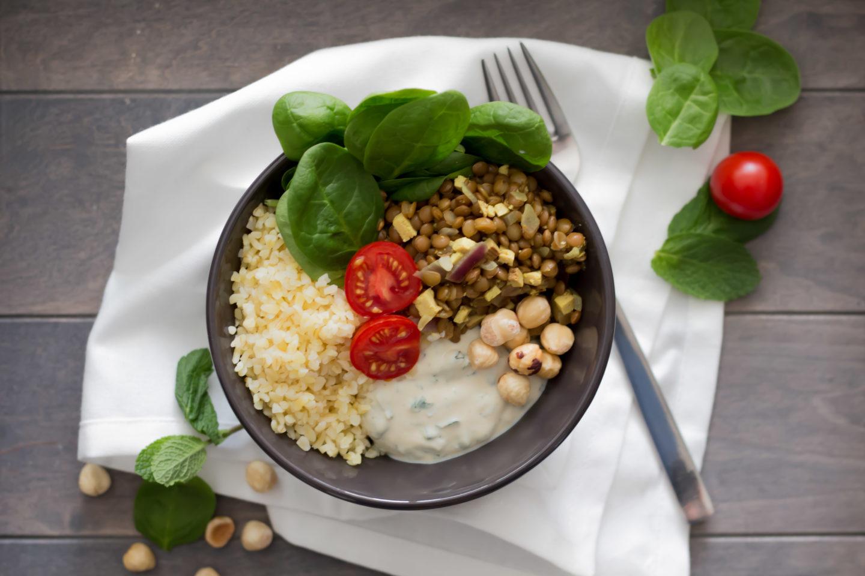 Heute gibt es eine köstliche Vegane Spinat Bowl mit Linsen und erfrischender Minzecreme!