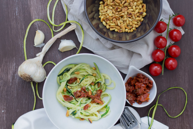 Vegane Zucchini Nudeln mit gerösteten Pinienkernen und Knoblauchsauce