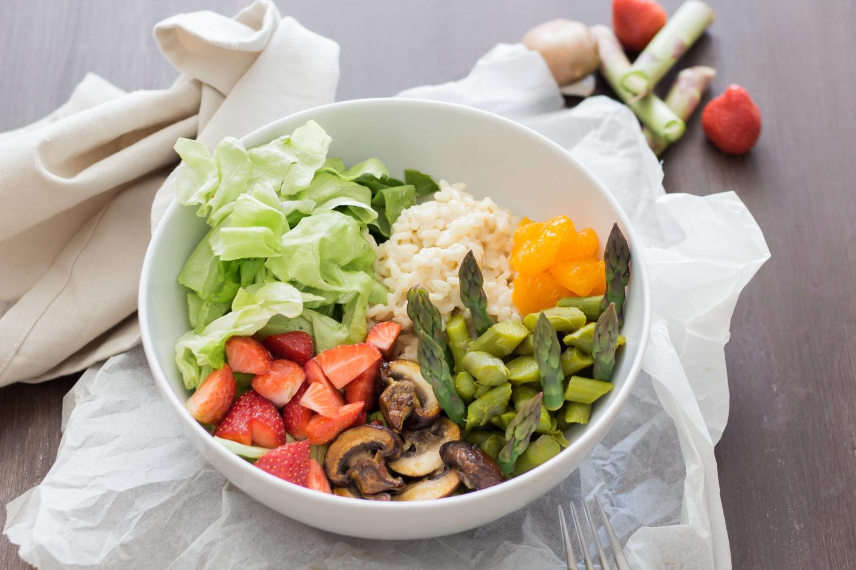 Vegane Spargel Risotto Bowl mit Obst und Limettensaft - Frisch vom Wochenmarkt!