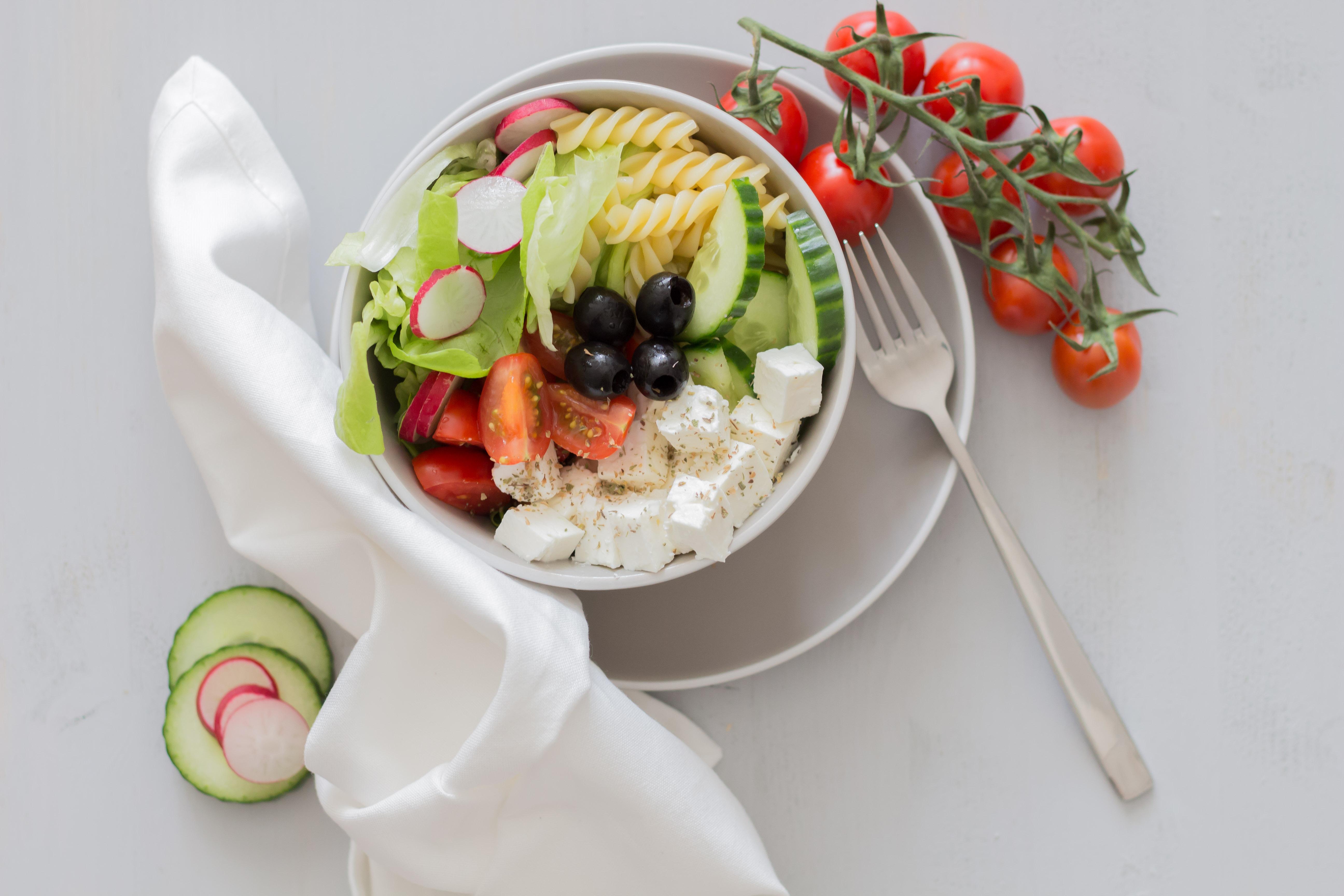 Veggie Bauernsalat Bowl mit griechischen Schafskäse!