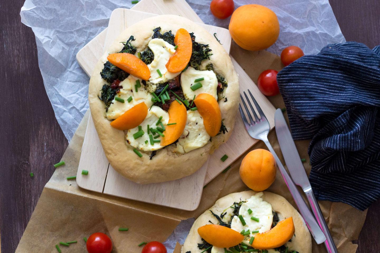 Schafkäsepizza mit Spinat und Marillen